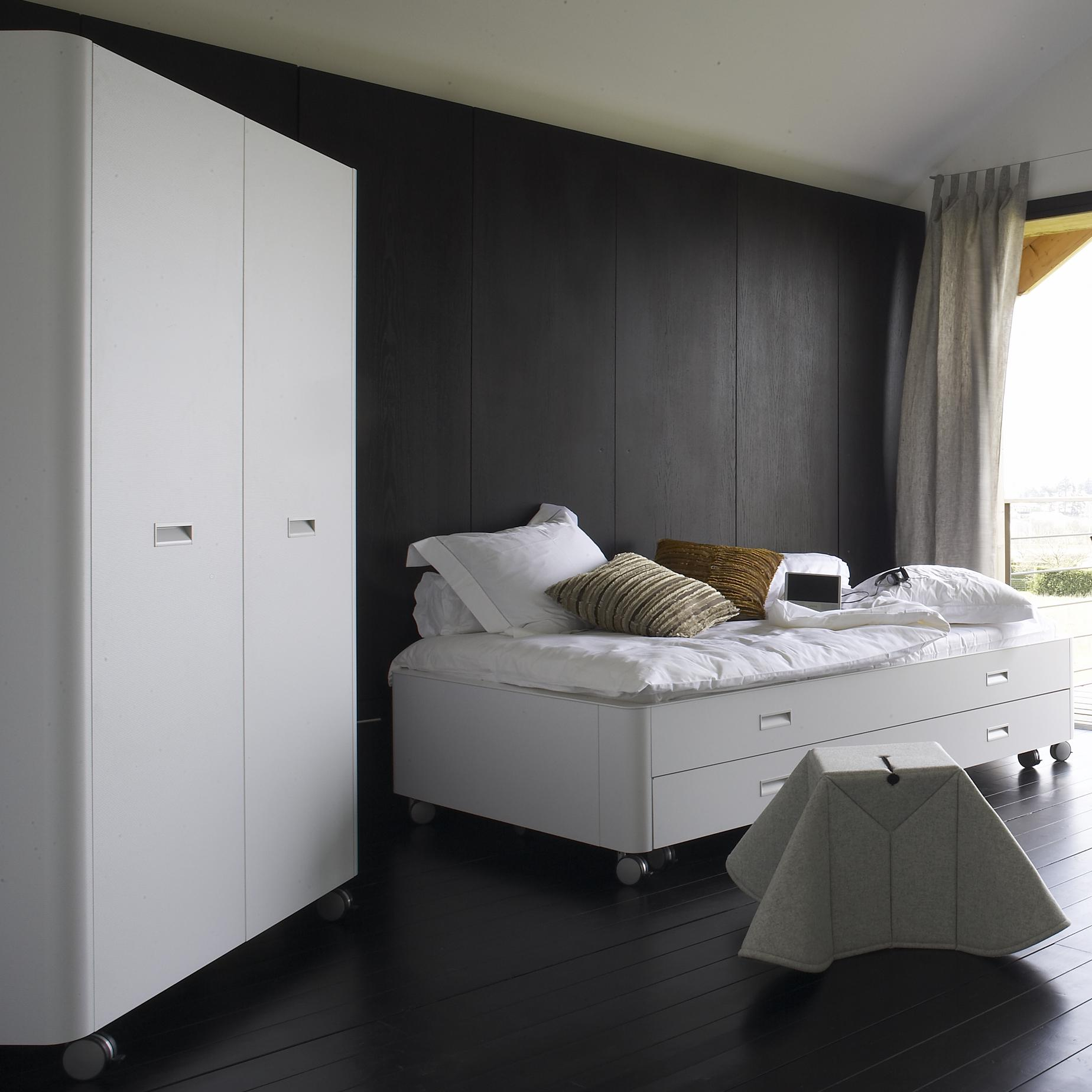 WARDROBE ON CASTORS SWINGING DOORS WITH 5 SHELVES + 1 HANGING RAIL / WHITE LAMINATE Ligne Roset