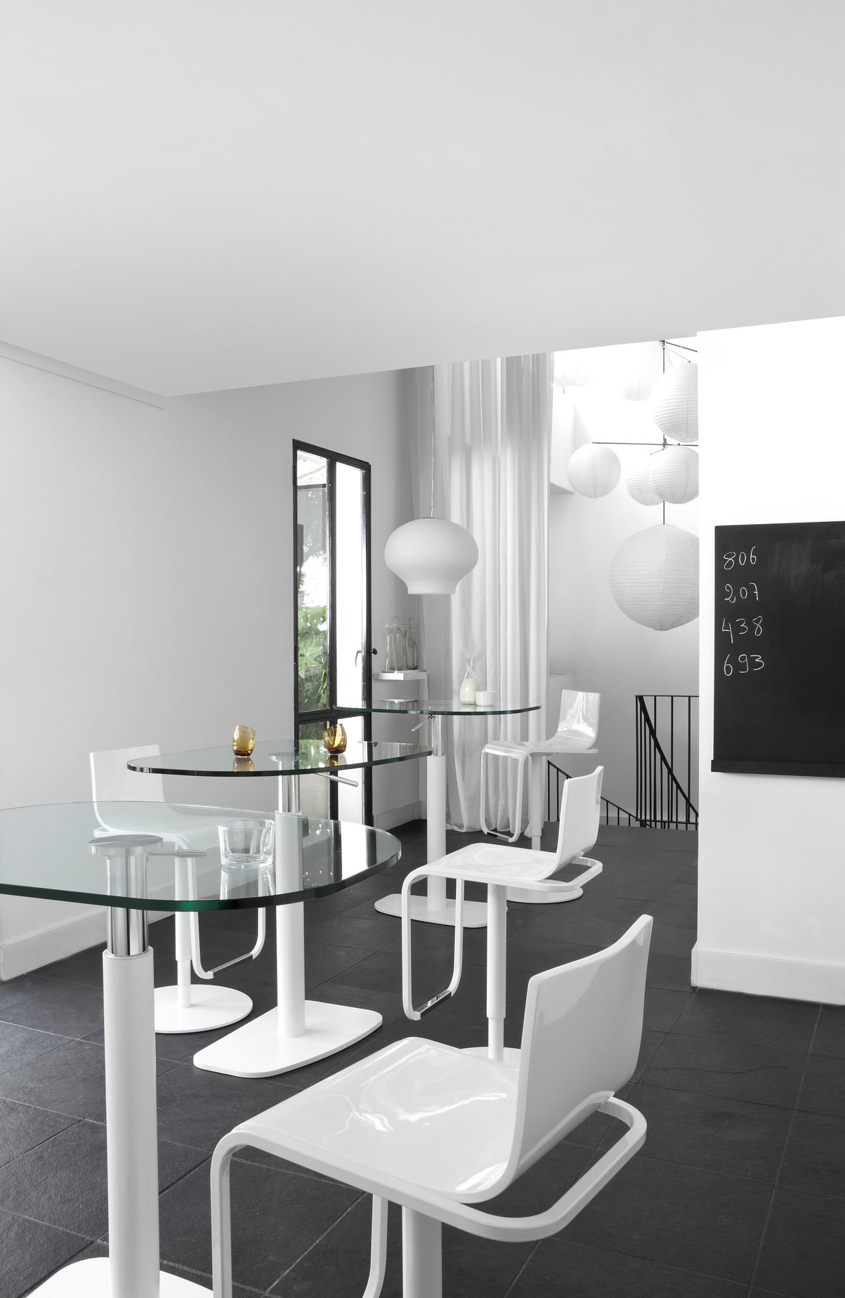 TABLE WHITE LACQUERED BASE CLEAR GLASS TOP Ligne Roset